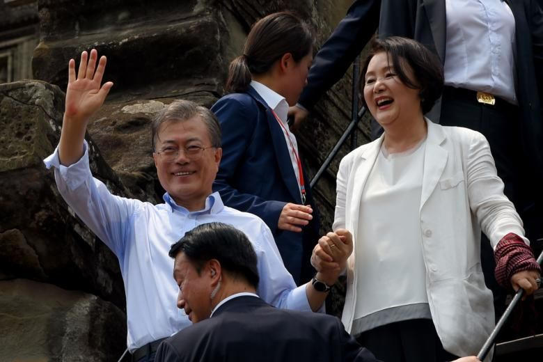 South Korea President Moon delights tourists at Cambodia's